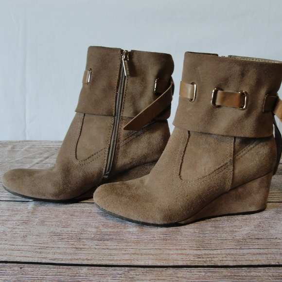 8d07429ce26 Suede Ankle Boots Bandolino Sz 6 Tan Zip Up Wedge